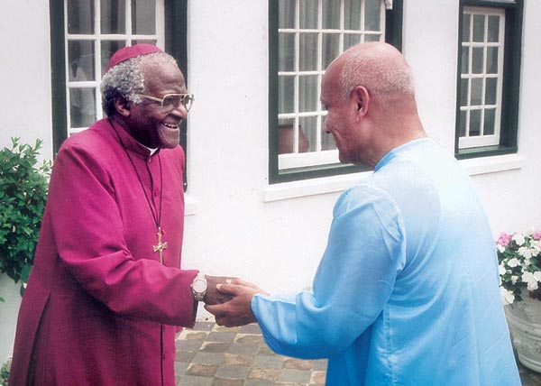 Archbishop-Desmond-Tutu-Sri_Chinmoy