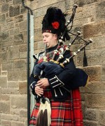 Bagpiper_in_Edinburgh_001