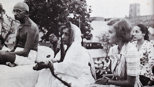 Gandhi_and_Lady_Mountbatten_during_prayer