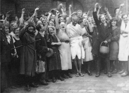 Mahatma_Gandhi_with_women_textile_workers_at_Darwen,_Lancashire
