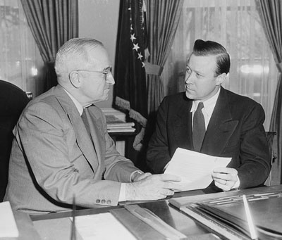 President_Truman_in_the_Oval_Office,_conferring_with_labor_leader_Walter_Reuther,_president_of_the..._-_NARA_-_200406