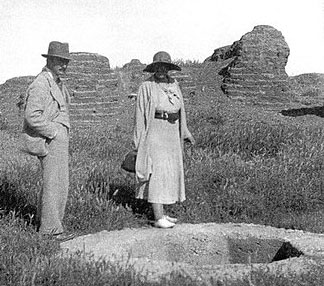 agatha_Christie_with_Max_Mallowan_in_Tell_Halaf_1930s