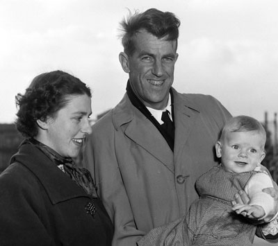 Sir_Edmund_and_Lady_Louise_Hillary_with_their_son_Peter,_1955
